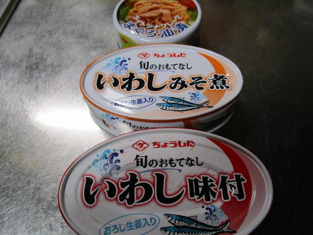 今日の缶詰はいわしの味付とライトツナフレーク